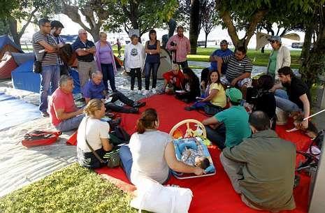 Asamblea celebrada ayer por los acampados y simpatizantes en los jardines de Montero Ríos.