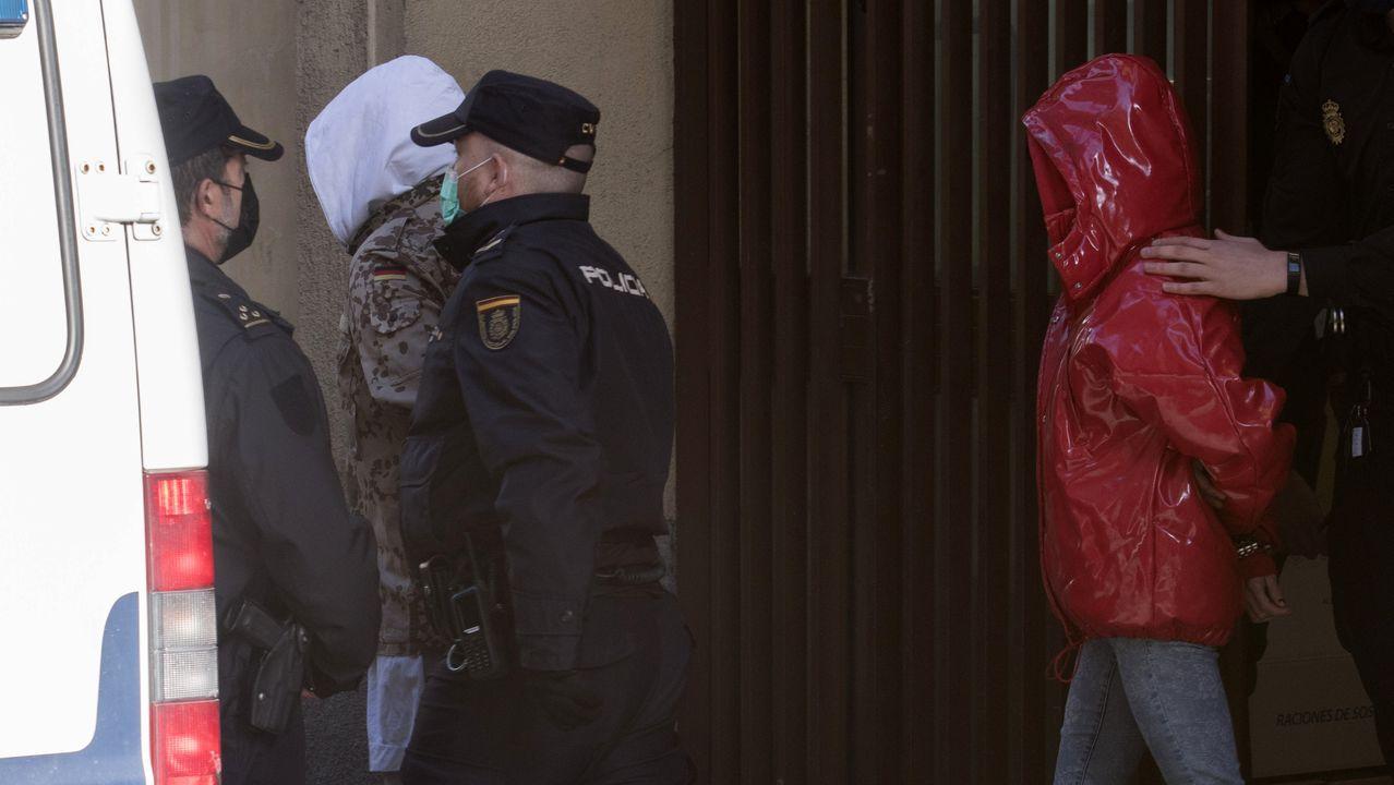 Rafael Amargo y su pareja salen esposados de la comisaría, en Madrid