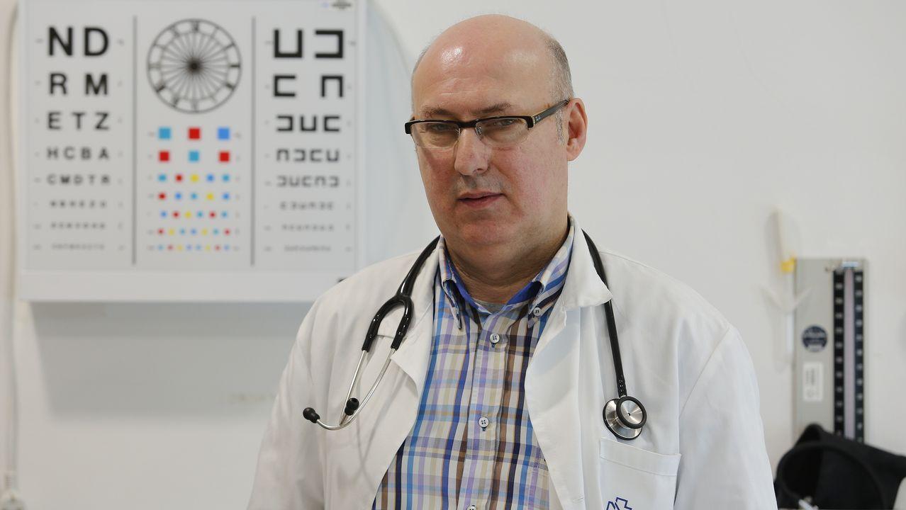 Javier Peinado, en el centro de salud de Santa Cruz, Oleiros