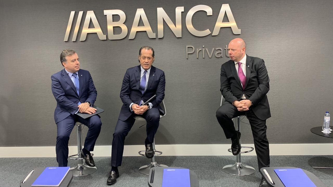 El ensayo de la OSPA junto con el maestro José Ramón Encinar.El presidente, Juan Carlos Escotet (en el centro), con Francisco Botas y Pedro Pimenta en el acto de este miércoles.