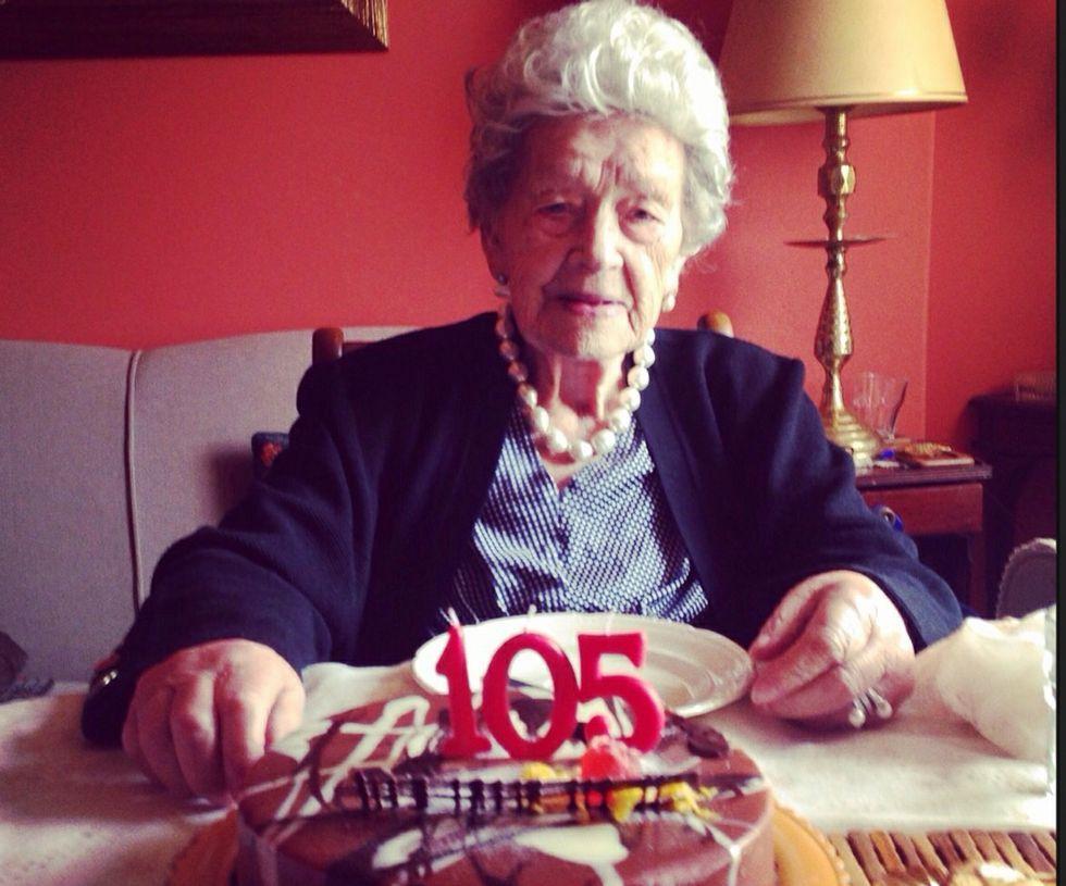 Elena Rey Rabuñal, hija y nieta de cigarreras de la Fábrica de Tabacos, celebró con los familiares su 105 cumpleaños.