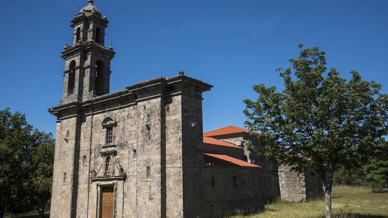 El templo tiene un solo campanario en vez de los dos que estaba previsto construir a finales del siglo XVIII
