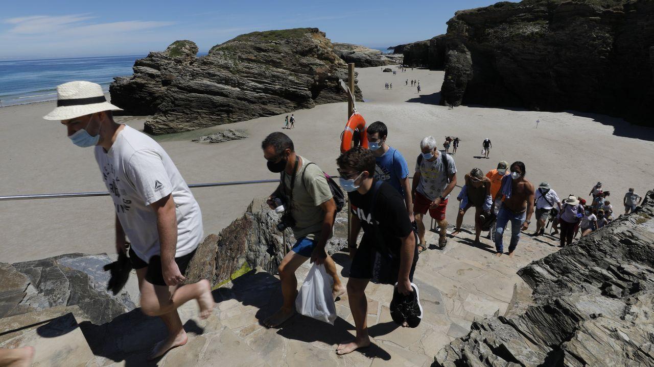La playa de As Catedrais se vuelve a llenar de gente con mascarilla