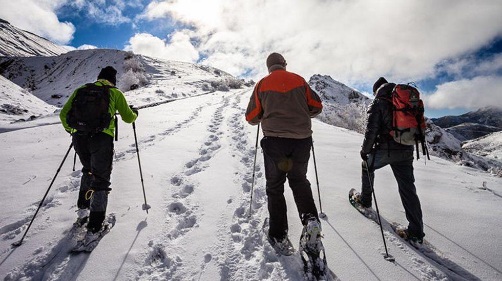 Alumnos, en una jornada de orientación de la Universidad de Oviedo.Raquetas de nieve