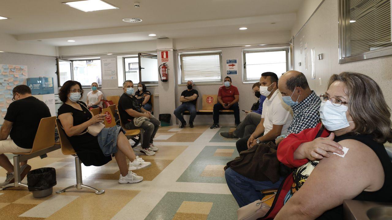 En la sala de espera del hospital mariñano donde se aguarda unos minutos tras recibir la vacuna frente al covid-19
