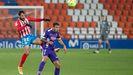 Edu Campabadal, jugador del C.D. Lugo, disputa un balón ante el Sporting de Gijón