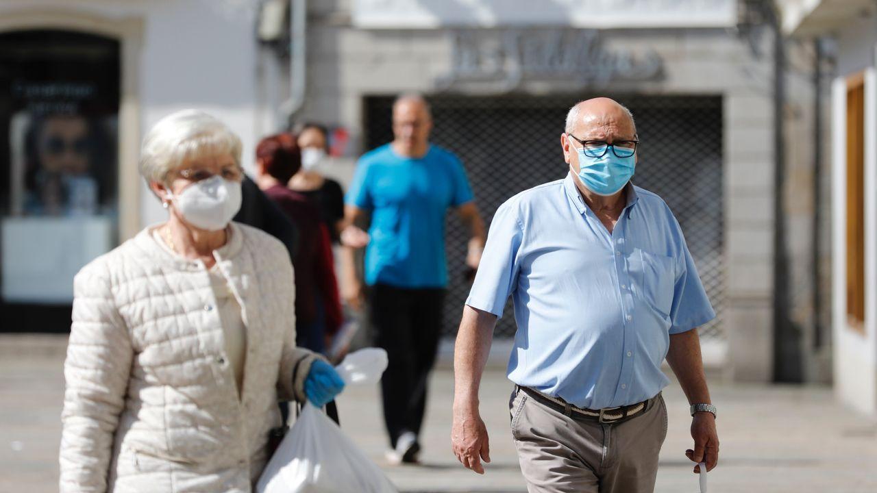 Personas con masacarilla por las calles de Viveiro