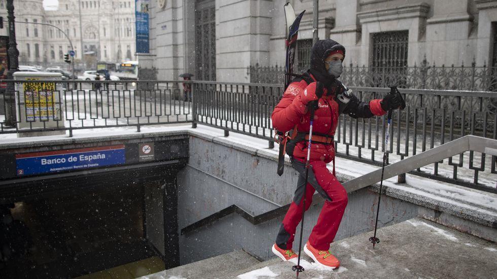 Un hombre sale de una de las bocas del metro del centro de Madrid.