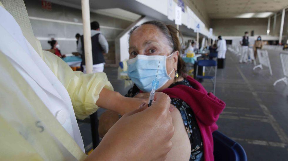 En taxi y de casa en casa para vacunar a mayores de 80 dependientes.La calle Pexego completará la inversión en la mejora del entorno de Fexdega