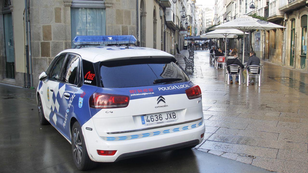 Imagen de un coche patrulla, las pasadas Navidades, en el centro de Ferrol