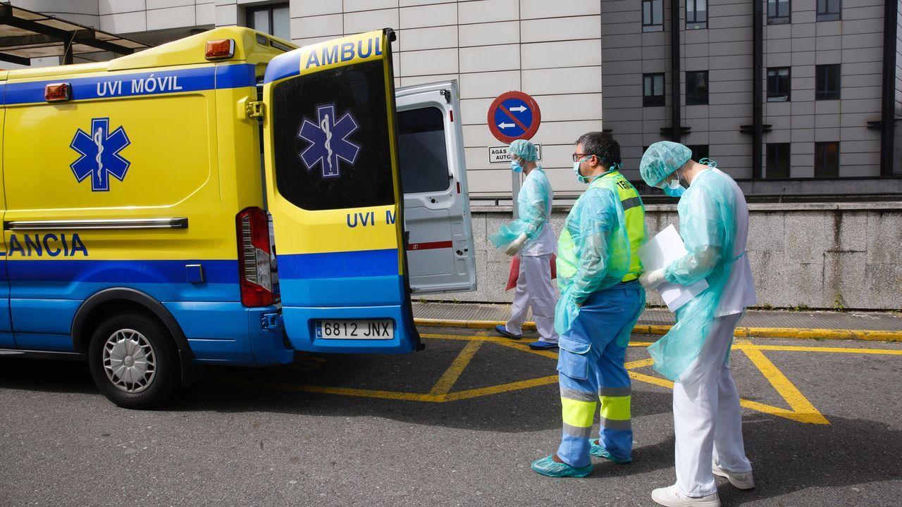Personal sanitario del Hospital Montecelo, en Pontevedra, sale a los balcones a devolver con aplausos el apoyo recibido