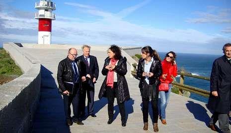 La delegada territorial de la Xunta y el presidente del Puerto visitaron ayer el faro