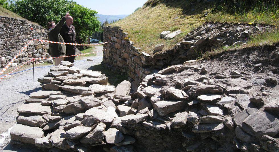 Aspecto de los restos aparecidos junto a la entrada del castro, pertenecientes a la muralla del recinto.
