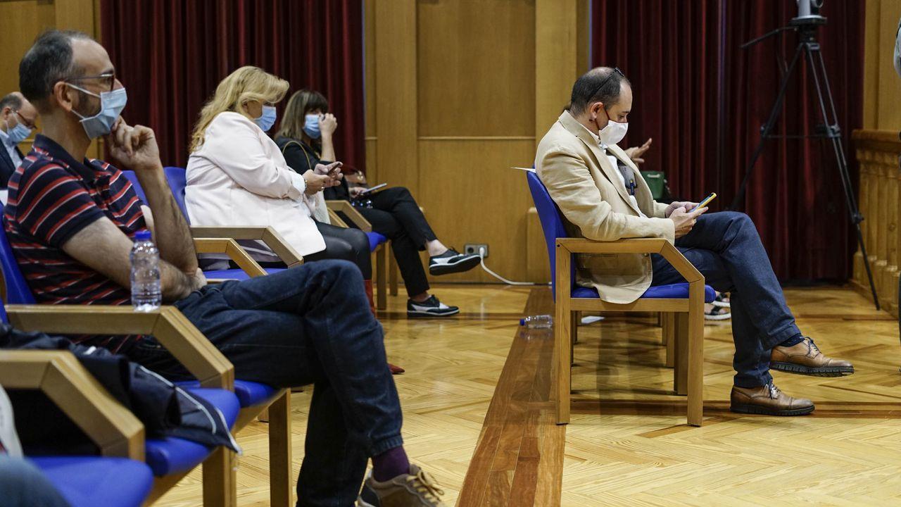 Telmo Ucha, a la derecha, en el pleno en el que tomó posesión como concejal