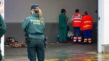 Los sanitarios atendiendo a los marineros rescatados