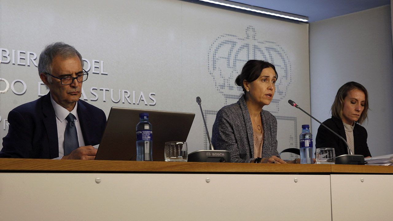 La consejera de Hacienda, Dolores Carcedo, rodeada de los directores generales de de Presupuestos, Francisco Sánchez, y  Finanzas y Economía, Mar García Salgado