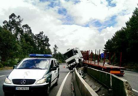 La Guardia Civil acudió al lugar a regular el tráfico.