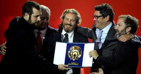 Tráiler de «Lasa y Zabala».Carlos Vermut (izquierda) celebra con su equipo la Concha de Oro; a la derecha, el productor Pedro Hernández.