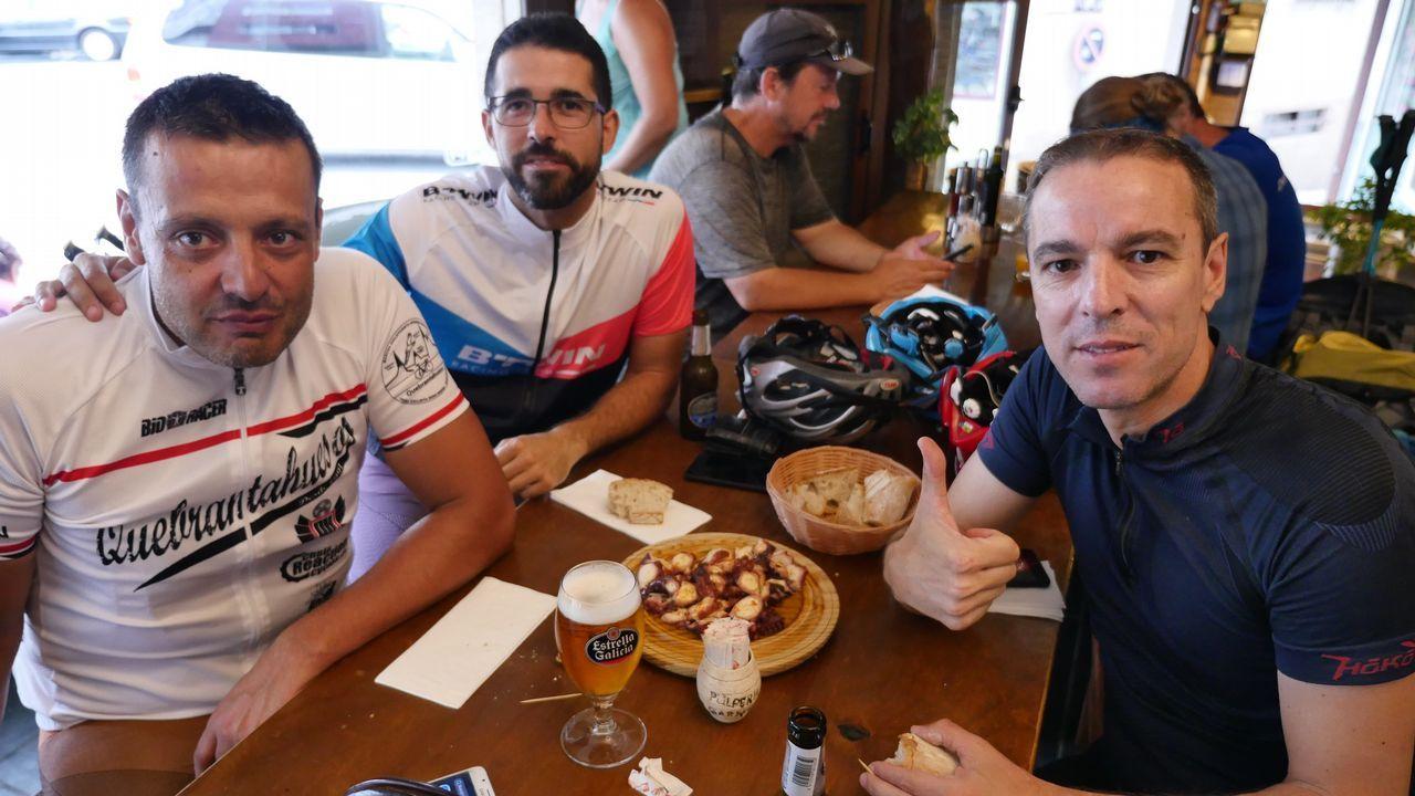 Ricardo, Juan Damián y José Ignacio. Tres amigos comiendo el pulpo en Melide