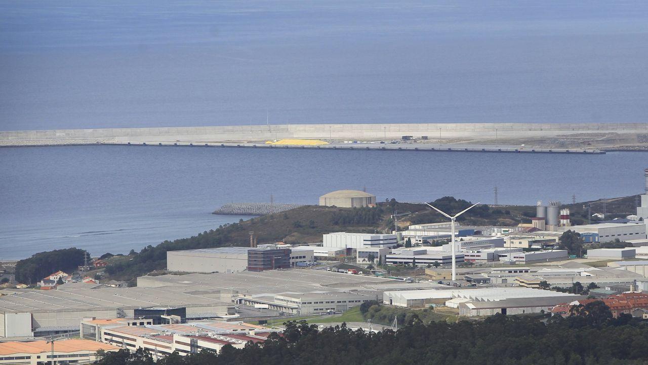 La Fundación Amancio Ortega entrega la escuela Amencer en Bembrive, Vigo.El molino de viento marca la situación de las propiedades de Inditex en el polígono, y al fondo el dique del puerto exterior de A Coruña
