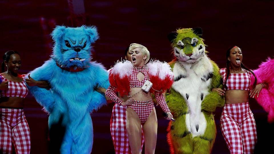 Miley Cyrus ondea la ikurriña sobre el escenario