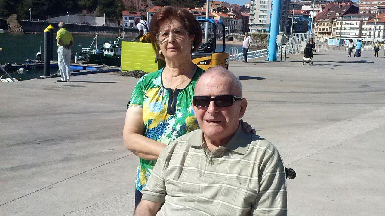 La PAH paraliza un desahucio en Oviedo.Emilio Álvarez García, más conocido como «Milio, el de Guita», con su viuda, en Candás, el 8 de septiembre de 2015, apenas tres días antes de ingresar en el geriátrico