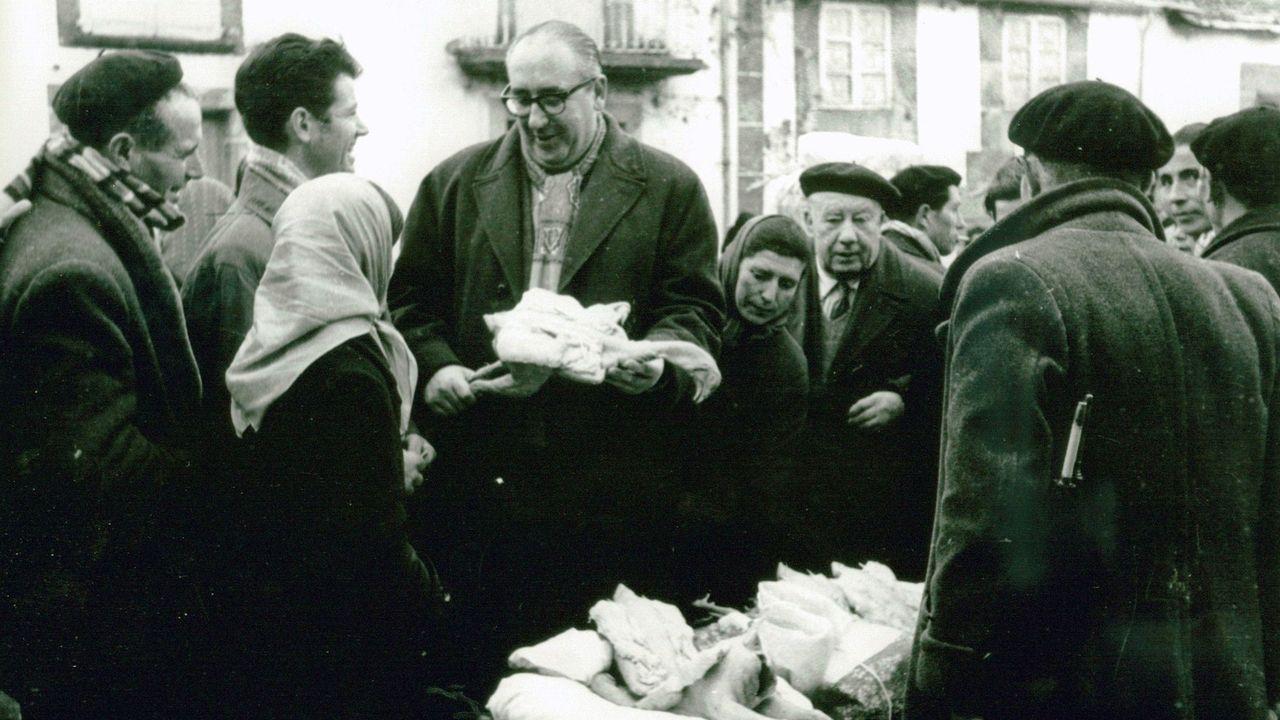 Cunqueiro, con un capón en la mano, en la feria de 1957, en la plaza de Santa María