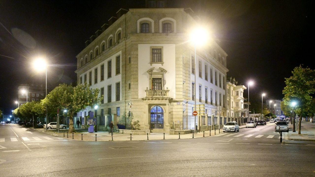 El procesado, de espaldas, frente al tribunal que lo juzga en Lugo
