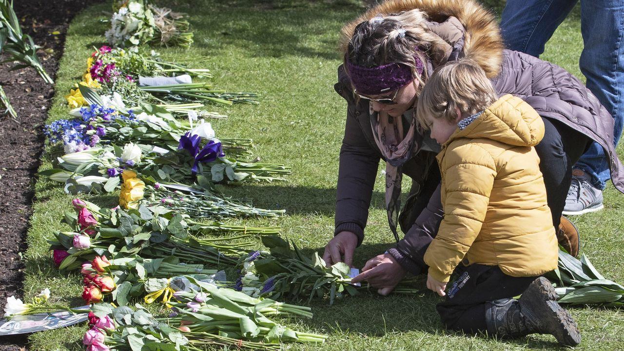 Numerosos ciudadanos se acercaron este lunes a la verja del castillo de Windsor para depositar flores en recuerdo del duque de Edimburgo