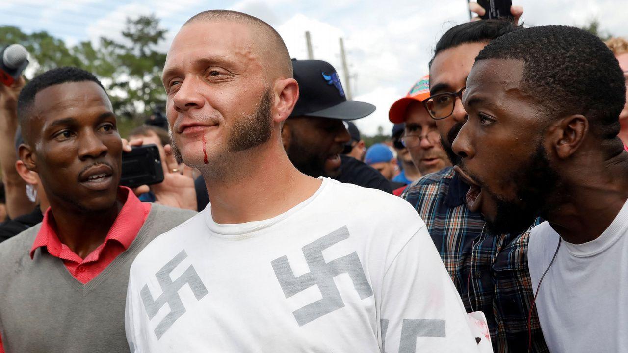 Un afroamericano abraza a un neonazi durante una protesta antisupremacista en Florida.Oskar Gröning sentado en el banquillo en el Tribunal de Lüneburg.