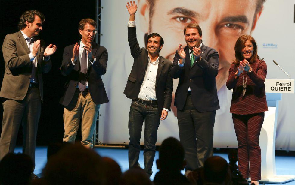 Rey Varela saludando ayer desde el escenario junto a Feijoo, Calvo, Negreira y Beatriz Mato.