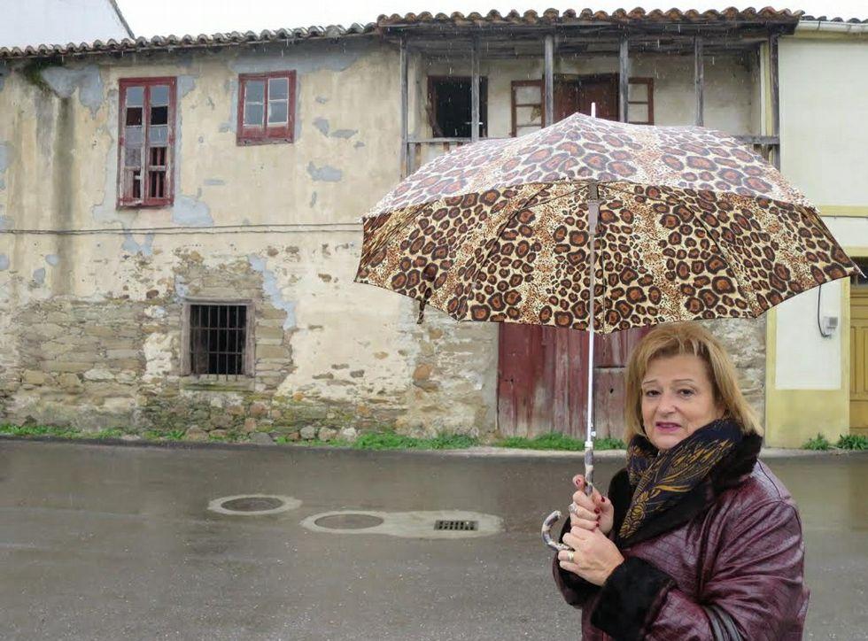 Aida Menénez ante o antigo mesón do barrio das Cruces, na entrada do camiño real de Castela.