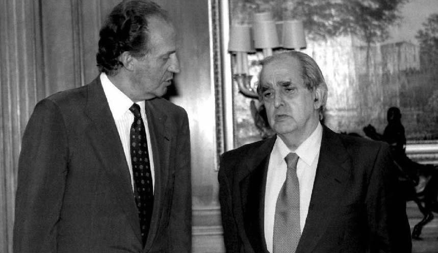 El rey Juan Carlos conversa con Fernando Morán en Zarzuela en 1994