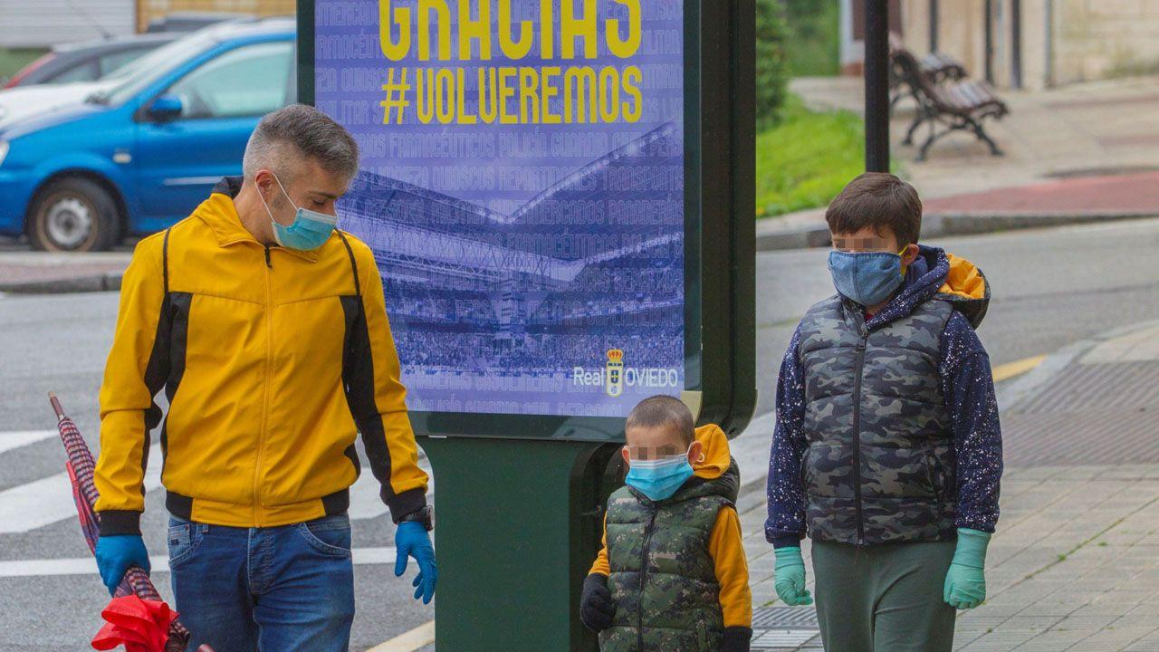 Dos niños con su padre, paseando por Oviedo
