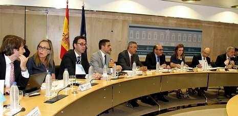 Rajoy: «En España hay mucha gente que tiene que cascarle al Gobierno».La conselleira de Facenda, Elena Muñoz, (segunda por la izquierda), durante el Consejo de Política Financiera celebrado ayer en Madrid.
