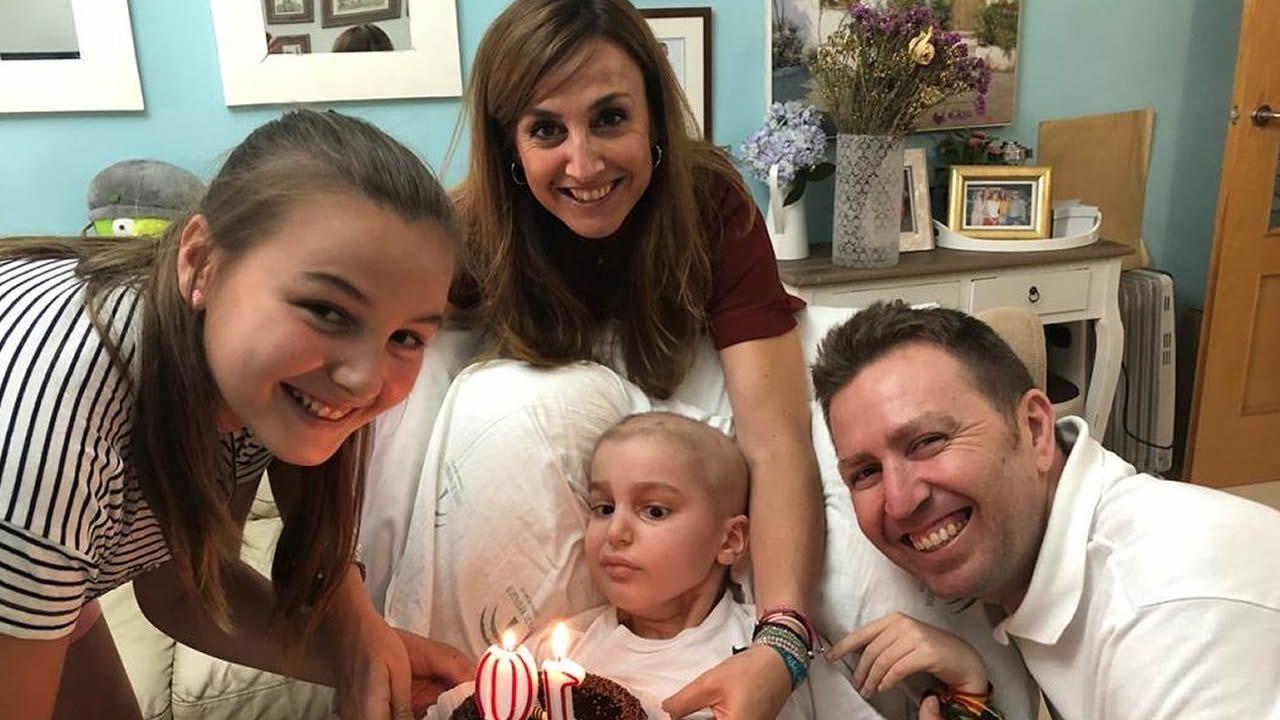 La familia de Máximo -en la imagen celebran el cumpleaños de su hermana Martina-, aportó desde la ciudad gaditana los 2.000 últimos euros que completan la recaudación marcada desde Betanzos para la Fundación Cris contra el Cáncer
