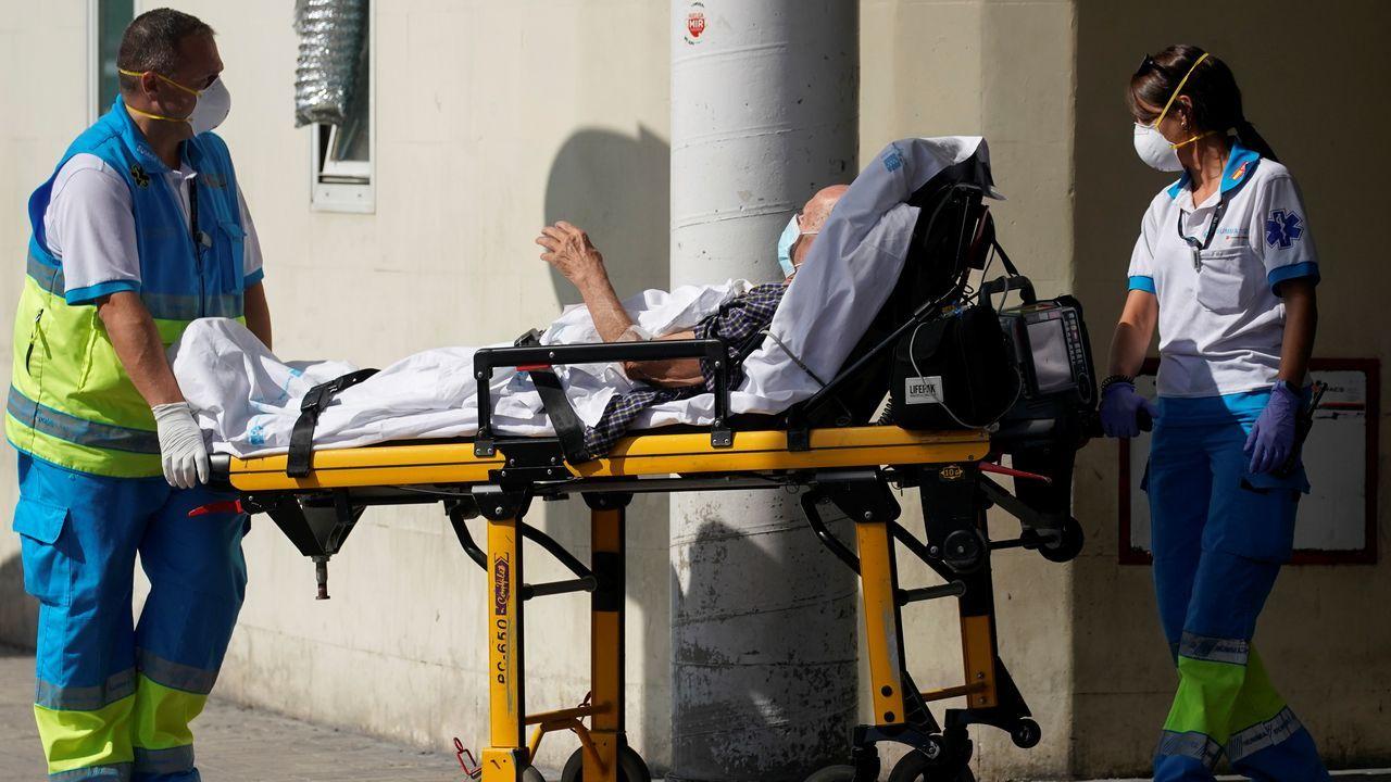 Santitarios con un paciente en Madrid