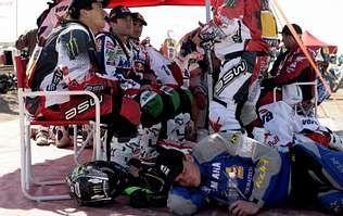 El piloto francés Olivier Pain duerme delante de Marc Coma (primero por la izquierda), que ayer se perdió durante la etapa. <span lang= es-es >efe</span>