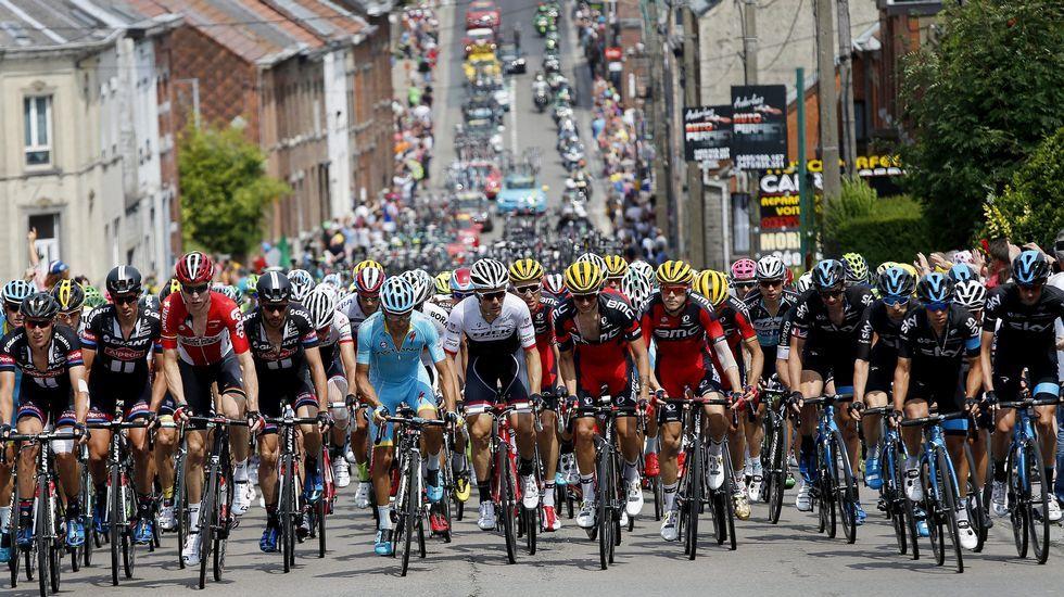 El español Alejandro Valverde cambiando de bicicleta