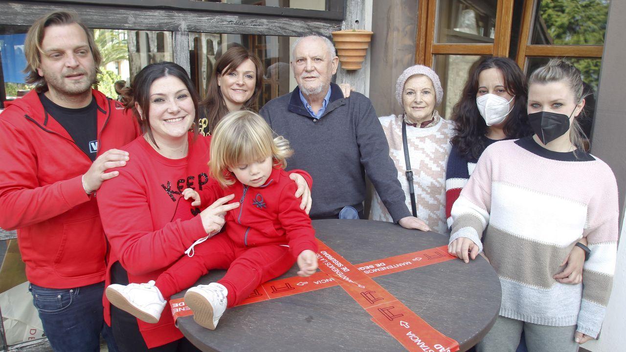Antía, de rojo, igual que su pareja y su hijo, y detrás, su hermana y sus padres, y dos empleadas