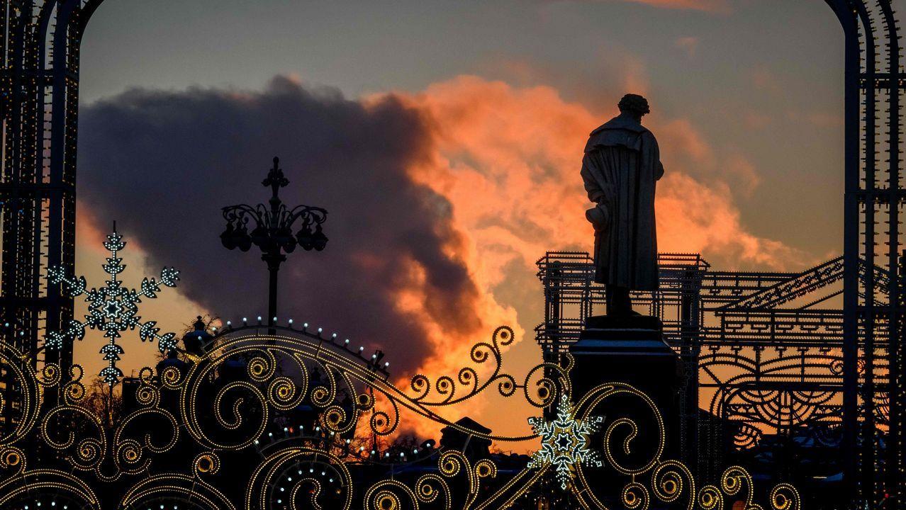 El sol ilumina las nubes de vapor de una central eléctrica local detrás de un monumento del poeta ruso Alexander Pushkin en el centro de Moscú