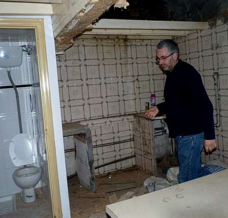 Francisco Herma en la vivienda por la que le llegó la factura.