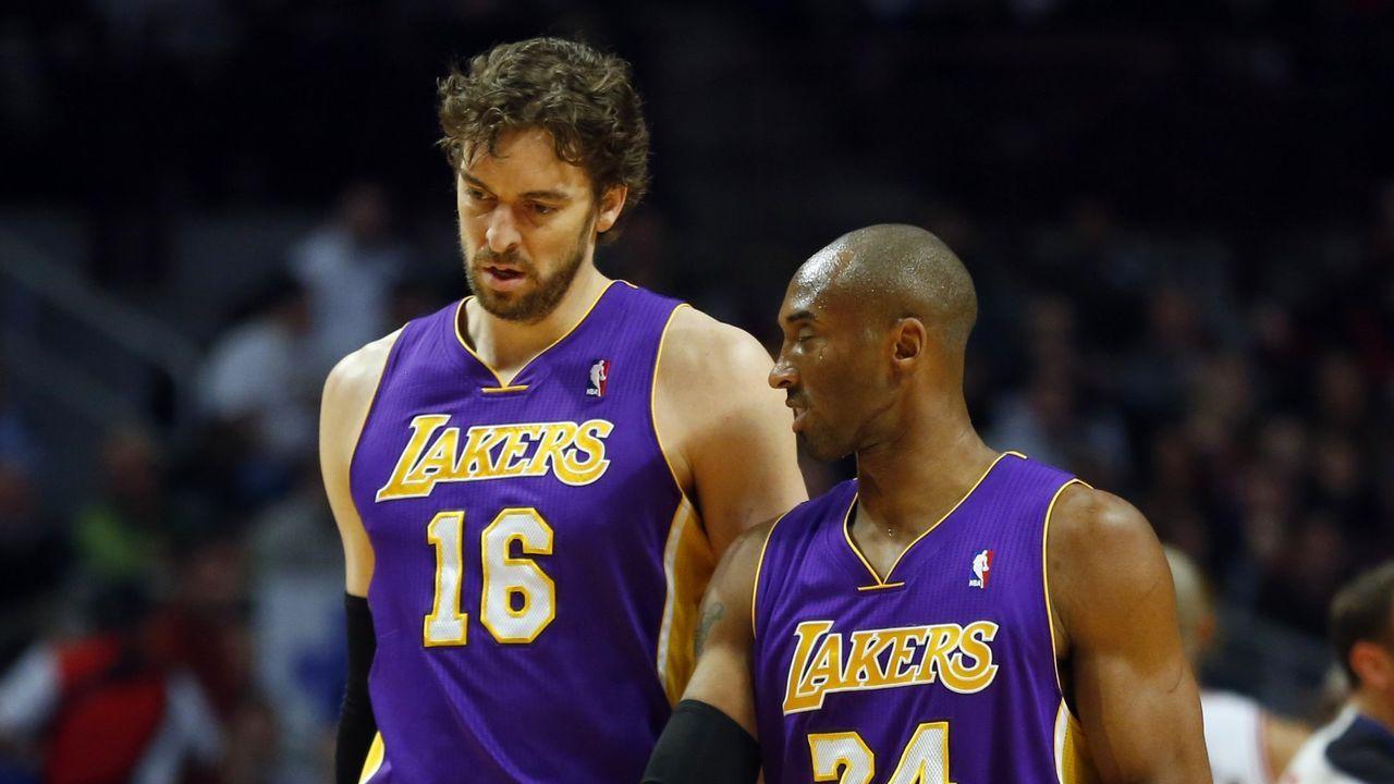 Pau Gasol charlando con Kobe Bryant, en el 2013,  durante un partido de los Lakers