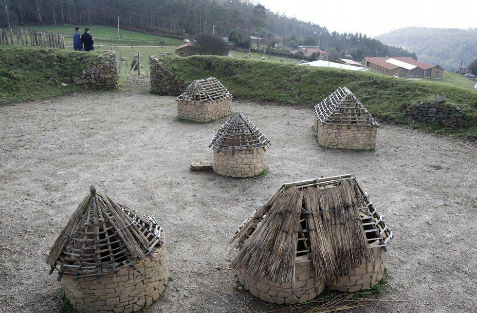 Imagen de una recreación en miniatura del castro en el parque rural de Aldea Nova.