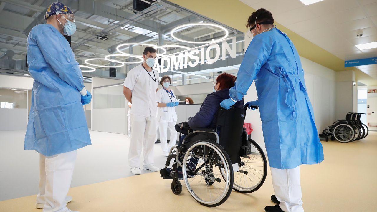 Cifuentes niega haber pedido que falsificaran las actas de su máster.Sanitarios atienen a los primeros pacientes del hospital de emergencias Enfermera Isabel Zendal, de Madrid