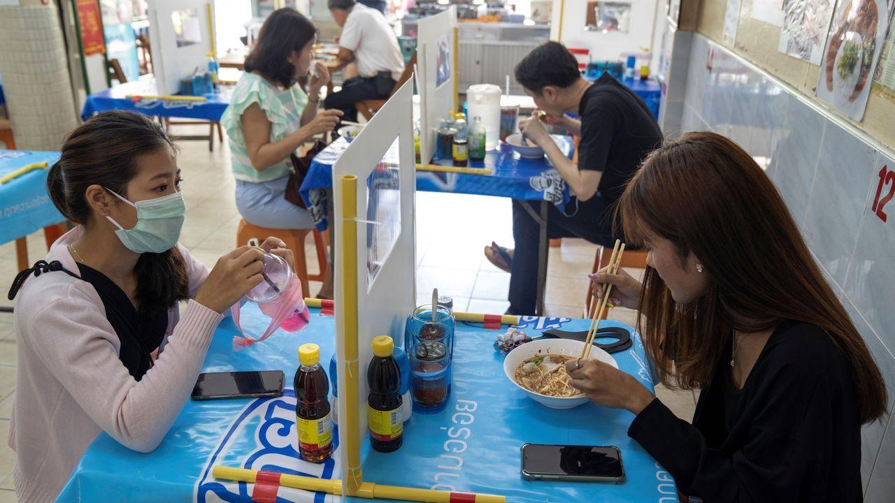 En Bangkok han reabierto los restaurantes, pero con mamparas para distanciar a los comensales