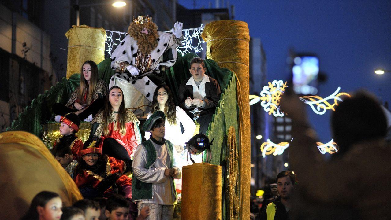 Los Reyes Magos ya reparten felicidad en Santiago.El rey Melchor en la cabalgata de reyes de Oviedo