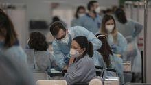 Galicia se echa a las terrazas en el primer fin de semana de la desescalada.Vacunación de Sanitarios en Sevilla