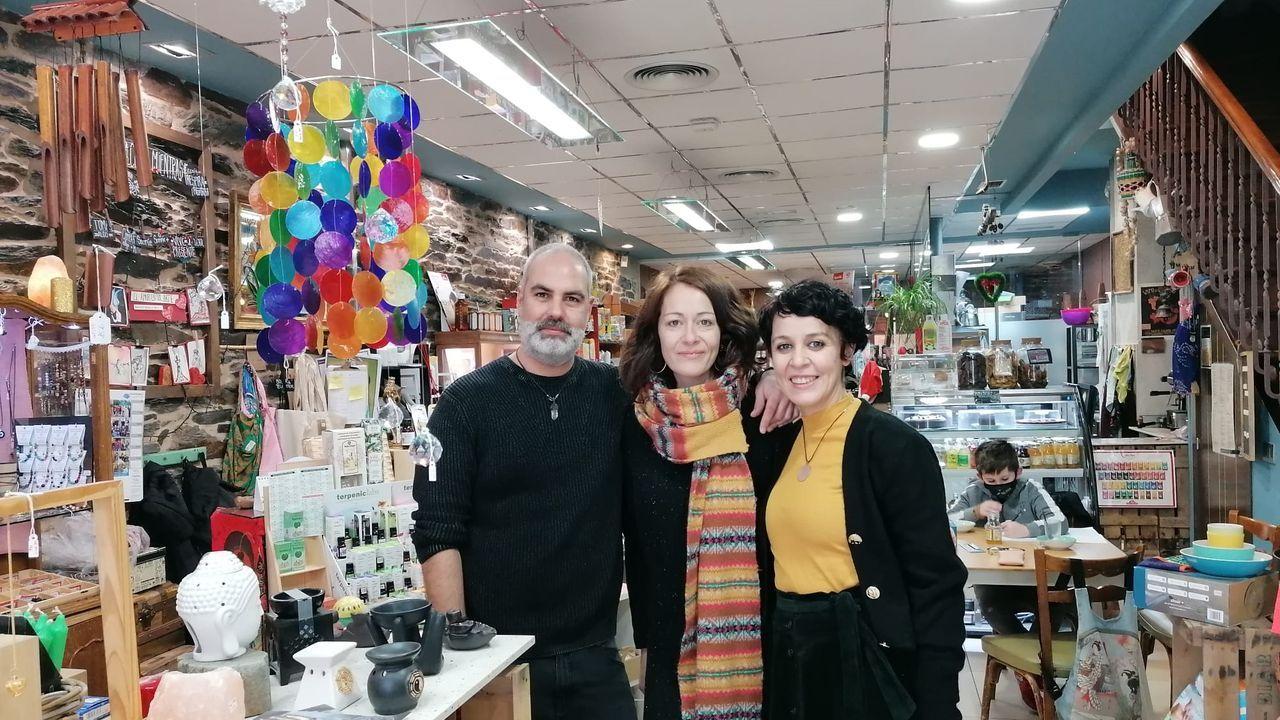 De izquierda a derecha, David Leirado, Lorena Rey y Natalia Rey en su local multifuncional