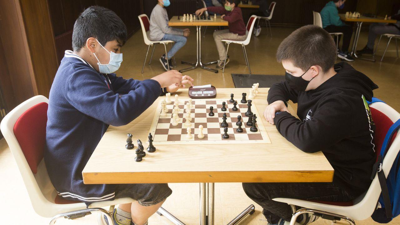 El torneo de ajedrez en Carballo por el Día das Letras, en imágenes.Algunos de los integrantes del Club Xadrez Ourense